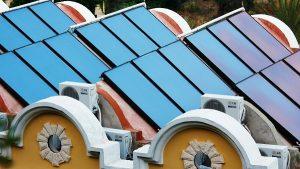 Solárne kolektory na budovách v meste aj na dedine