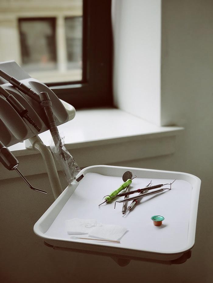 Zubný kaz na predných zuboch