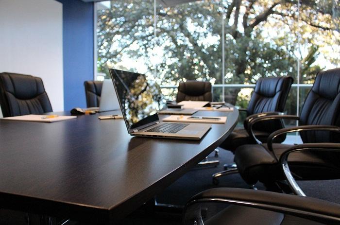 Velký kancelářský stůl